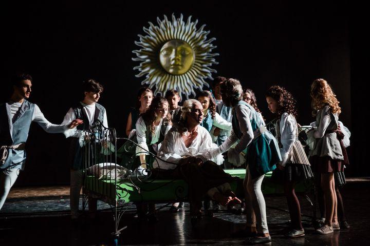 Le comédien Xavier Bazin (le Baron), accompagné de ses jeunes collègues...  (Agathe Poupeney/Opéra national de Paris)