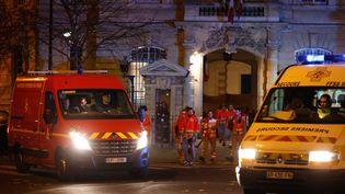 Des équipes médicales devant l'hôpital Saint-Antoine à Paris, le 13 novembre 2015. (MAXPPP)