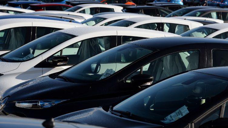 Des voitures Renault neuves sur le site de production de Flins-sur-Seine, en février 2017. (ERIC PIERMONT / AFP)