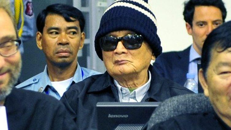 """Dans le box des accusés, l'idéologue des Khmers rouges, """"Frère numéro deux"""", Nuon chea (AFP - ECCC - Mark PETERS)"""