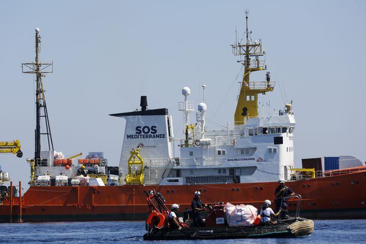 """Opération de sauvetage de migrants menée le 23 juin 2018 entre la Tunisie et l'île italienne de Lampedusa par le navire """"Aquarius"""",à l'initiative des ONG SOS-Méditerranée et Médecins sans rontières (MSF). (PAU BARRENA / AFP)"""