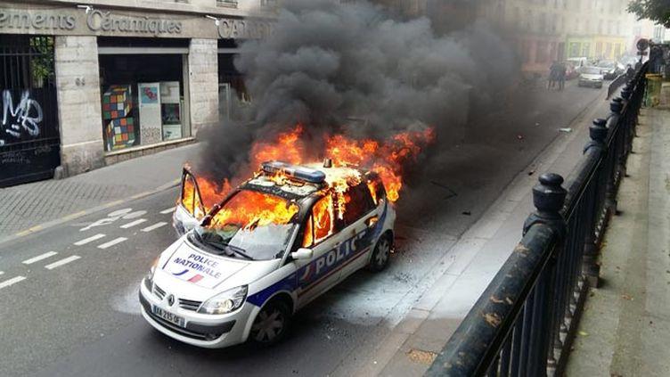 (La voiture de police incendiée le 18 mai en marge d'une manifestation contre la loi Travail © maxPPP)