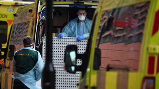 Des ambulanciers stationnent devant le Royal London Hospital, dans l'est de Londres (Royaume-Uni), vendredi 8 janvier 2021. (BEN STANSALL / AFP)