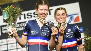 Clara Copponi et Marie Le Net célèbrent leur médaillle d'agent, le 23 octobre 2021, à Roubaix, dans la Course à l'américainelors des Mondiaux sur piste. (FRANCOIS LO PRESTI / AFP)