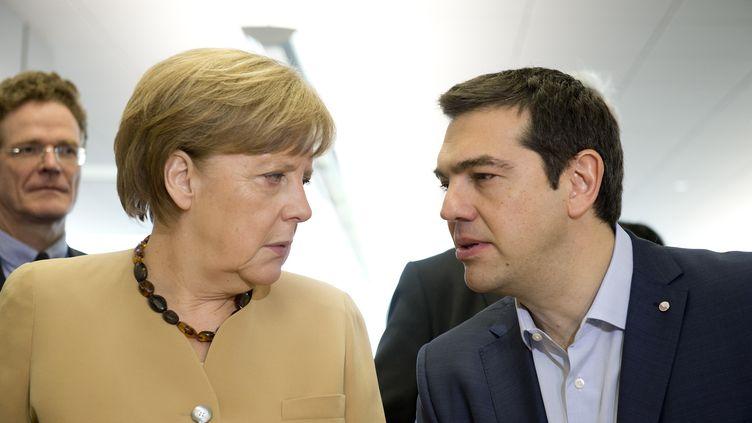 La chancelière allemande Angela Merkel et le Premier ministre grec Alexis Tsipras à Riga (Lettonie), le 22 mai 2015. (ALAIN JOCARD / AFP)