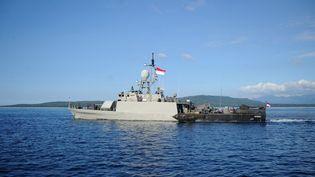Un navire de la marine indonésienne quitte la base navale deBanyuwangi (Indonésie), le 24 avril 2021, alors que les recherches se poursuivent pour retrouver un sous-marin porté disparu avec 53 personnes à bord. (SONNY TUMBELAKA / AFP)