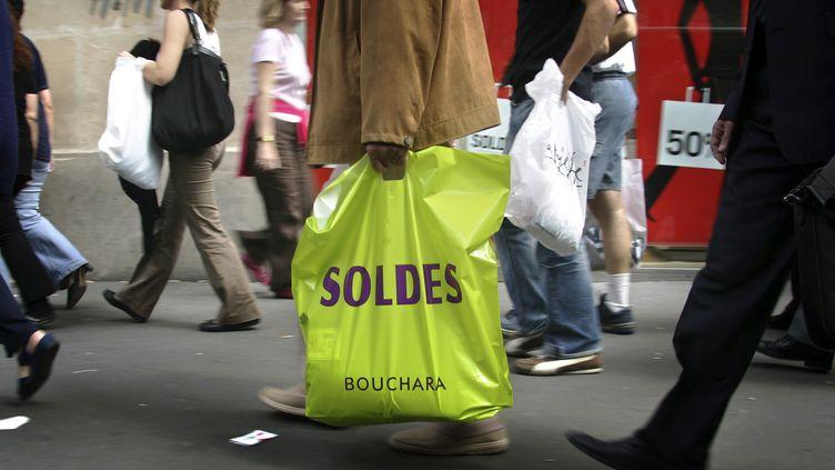 Période de soldes à Paris, juin 2006 (FRANCOIS GUILLOT / AFP)