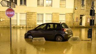 Une voiture prise au piège après les inondations à Morlaix (Finistère) dimanche 3 juin (FRED TANNEAU / AFP)