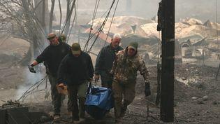 Des secouristes évacuent un cadavre, à Paradise (Californie, Etats-Unis), le 10 novembre 2018. (JUSTIN SULLIVAN / GETTY IMAGES NORTH AMERICA / AFP)