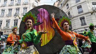 Deux danseuses lors de la parade de la 18e Biennale de la danse de Lyon, le 16 septembre 2018. (PHILIPPE DESMAZES / AFP)
