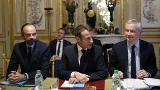 Le chef de l'État Emmanuel Macron, aux côtés du Premier ministre Edouard Philippe et du ministre de l'Économie Bruno Le Maire, avant la réunion avec les représentants du secteur bancaire à l'Élysée, le 11 décembre 2018. (THIBAULT CAMUS / POOL / AFP)