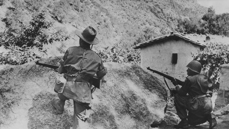 Unité de l'armée française traquant des indépendantistes algériens, le 13 juillet 1956, en Algérie. (PHOTOSVINTAGES / PHOTOSVINTAGES)