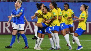 Les joueuse du Brésil laissent éclater leur joie après leur victoire sur l'Italie, le 18 juin 2019. (PHILIPPE HUGUEN / AFP)