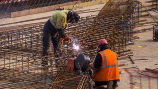 Des ouvriers sur le chantier de l'Arena 92, à Nanterre (Hauts-de-Seine), le 11 mars 2015 (photo d'illustration). (MAXPPP)