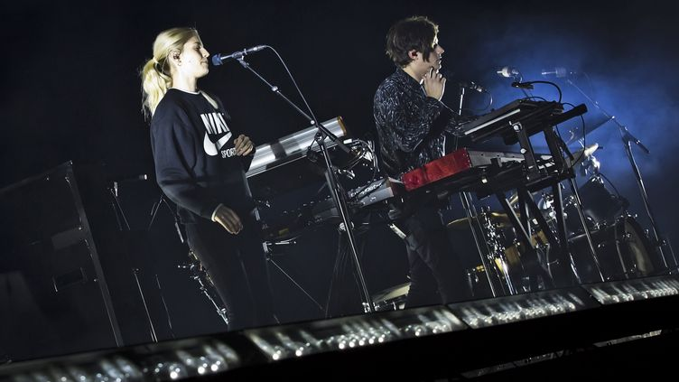 Hannah Reid et Dominic Major, membres du groupe britannique London Grammar, en live sur la scène du Velodrome de Berlin, le 26 Novembre 2017 (FRANK HOENSCH / REDFERNS)