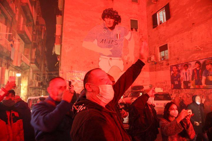 Les Napolitains dans les rues pour rendre hommage à Maradona (CARLO HERMANN / AFP)
