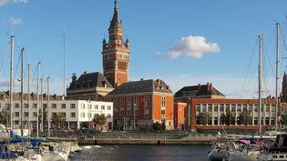 Le beffroi de l'Hôtel de ville de Dunkerque fait partie des vingt-trois beffrois construits entre le XIe et le XVIIe siècle entrés dans le patrimoine mondial de l'Unesco. (VELVET / WIKIPEDIA)
