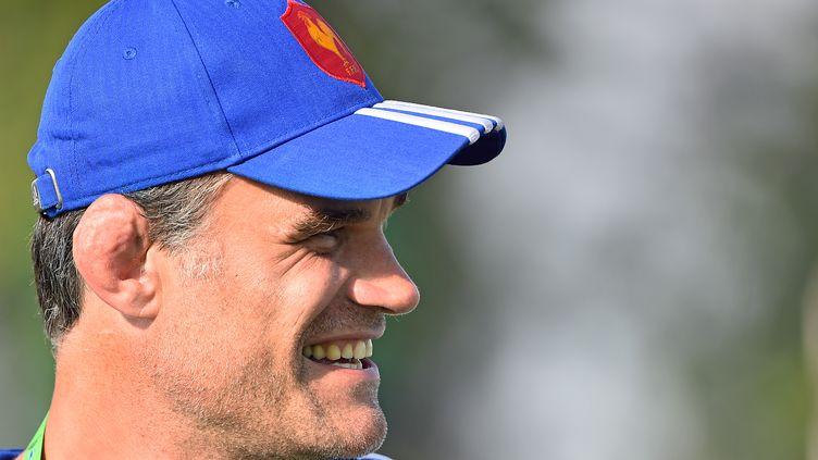 L'ancien rugbyman français Fabien Pelous dévoile son oreille en chou-fleur à Calvisano (Italie), le 15 juin 2015. (GABRIEL BOUYS / AFP)