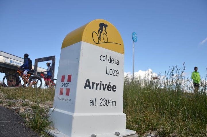 Borne d'arrivée du col de la Loze, qui sera la 17e étape du Tour de France 2020. (VICTOR VASSEUR / RADIO FRANCE)