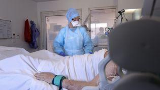 Le nombre d'hospitalisations pour Covid-19 augmente particulièrement en Occitanie, comme ici, au service de réanimation de l'hôpital de Montpellier. (GUILLAUME BONNEFONT / MAXPPP)