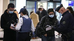 La police contrôle les passagers arrivant en Corse, à l'aéroport Napoléon Bonaparte à Ajaccio, le 19 décembre 2020. (PASCAL POCHARD-CASABIANCA / AFP)