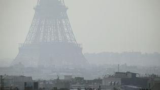 La Tour Eiffel, prise dans un nuage de pollution, le 14 mars 2014, à Paris. (PATRICK KOVARIK / AFP)