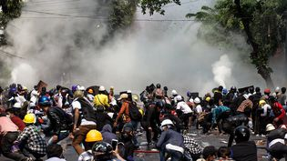 Des manifestants sont ciblés par des tirs de gaz lacrymogène àMandalay (Birmanie), le 3 mars 2021. (STR / AFP)