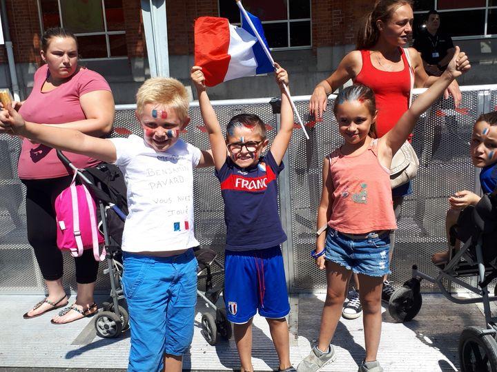 Plus de 3 000 personnes ont salué l'enfant du pays, Benjamin Pavard, dans la commune de Jeumont. (CÉCILIA ARBONA / RADIO FRANCE)