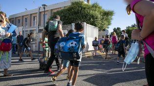 Des écoliers de Marseille reprennent le chemin des cours, le 22 juin 2020, à l'occasion d'une nouvelle phase de déconfinement. (MAXPPP)