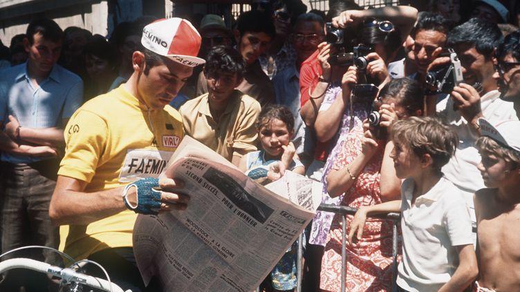 Eddy Merckx lit le journal avant le départ d'une étape du Tour de France, le 11 juillet 1970 à Montpellier. (AFP)