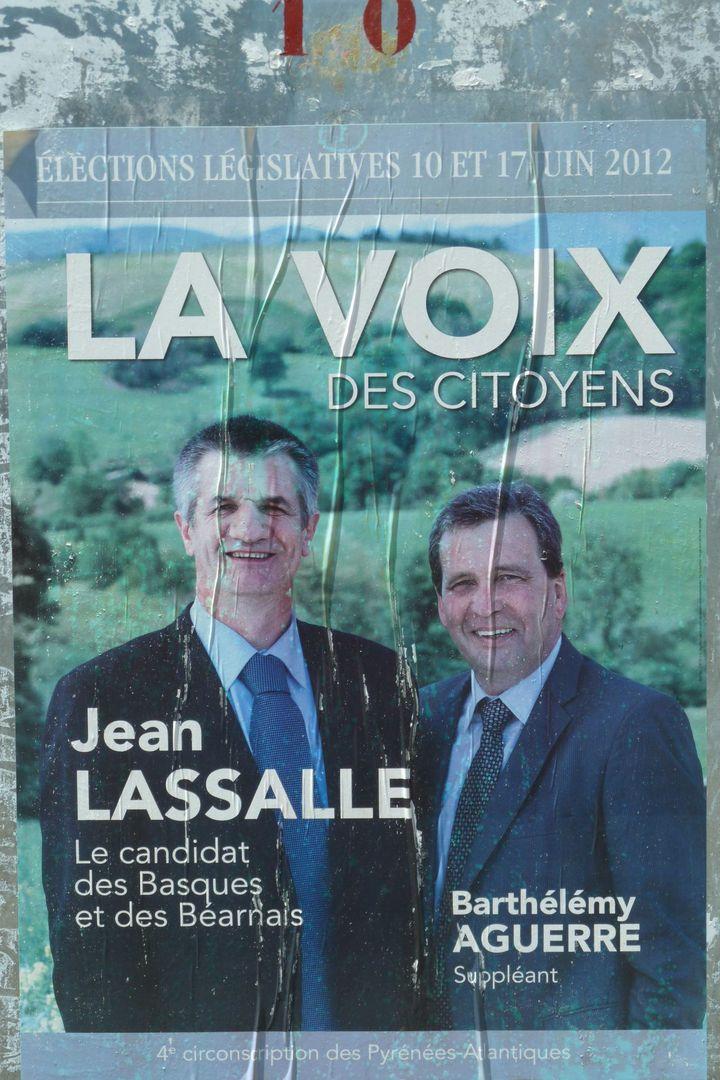 """L'affiche électorale de Jean Lassalle et de son suppléant : """"le candidat des Basques et des Béarnais"""". (ST)"""
