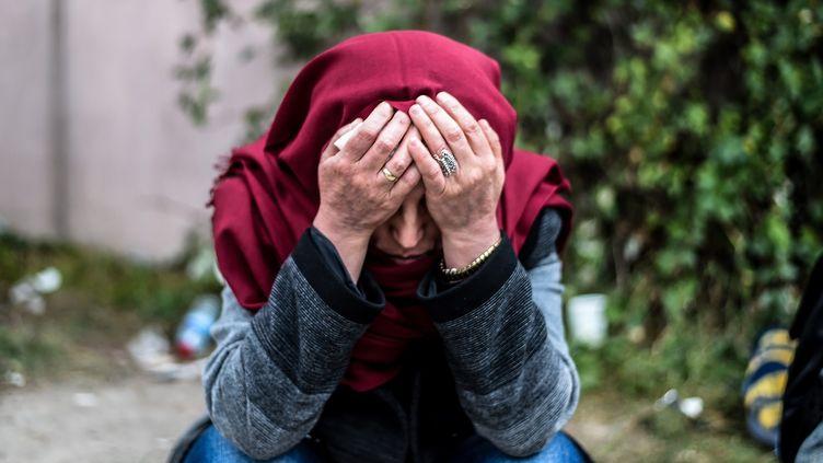 Une femme en deuil attend près de la morgue après l'attentat qui a fait une centaine de morts dans une manifestation de l'opposition kurde samedi 10 octobre à Ankara. (OZAN KOSE / AFP)