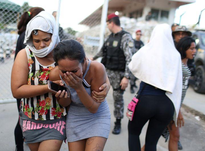 Une proche d'un détenu fond en larmes devant une prison de l'Etat de l'Amazonas (Brésil), le 27 mai 2019. (BRUNO KELLY / REUTERS)