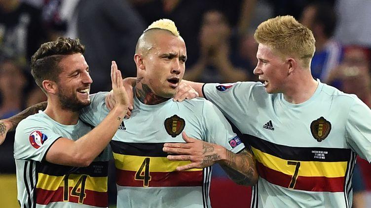 Le milieu belge Radja Nainggolan est félicité par ses coéquipiers après son but victorieux contre la Suède, le 22 juin 2016, à Nice. (JONATHAN NACKSTRAND / AFP)
