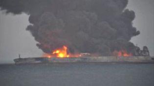 """Le pétrolier iranien """"Sanchi"""" en feu en mer de Chine, le 7 janvier 2017 (REUTERS TV)"""
