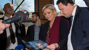 """Marine Le Pen consulte un tractde campagne, le 4 février 2017, lors des """"Assises présidentielles"""" du Front national, à Lyon (Rhône). (KRISTINA AFANASYEVA / SPUTNIK / AFP)"""