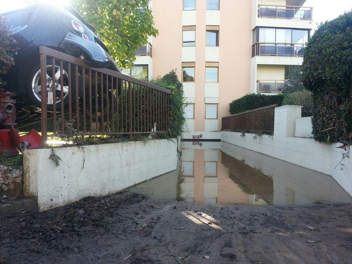 (Le parking de la résidence Cap Vert, encore sous les eaux dimanche © Radio France - Benjamin Chauvin)