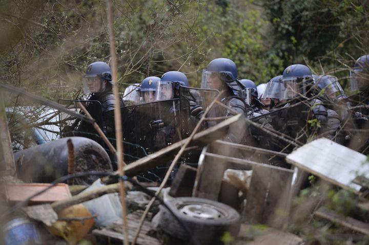 """Des gendarmes derrière une barricade érigée pour protéger """"Les Vraies Rouges"""", dans la ZAD de Notre-Dame-des-Landes (Loire-Atlantique), le 9 avril 2018. (GUILLAUME SOUVANT / AFP)"""