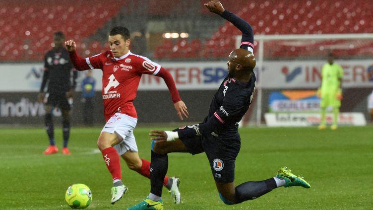 Bryan Pelé (Brest) tente de passer Danilson (Reims). (NICOLAS CR?ACH / MAXPPP)