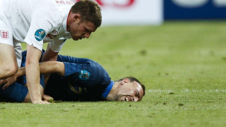 Franck Ribéry a subi beaucoup de tacles de la part d'une équipe anglaise regroupée, le 11 juin 2012 à Donetsk (Ukraine), en ouverture de l'Euro. (CHARLES PLATIAU / REUTERS)