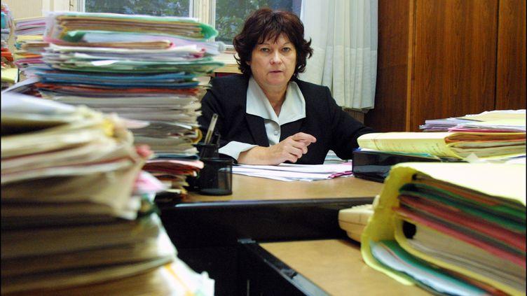 La juge Marie-Odile Bertella-Geffroy, spécialisée dans les affaires de santé publique, le 19 septembre 2001 dans son bureau du palais de justice de Paris. (THOMAS COEX / AFP)