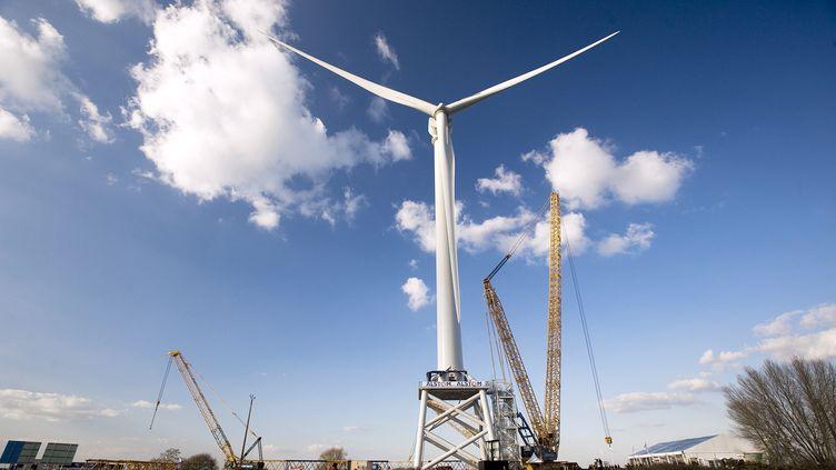 Une éolienne offshore, construite par Alstom, à Frossay, près de Saint-Nazaire (Loire-Atlantique), le 19 mars 2012. (MAXIME FERREBOEUF / AFP)
