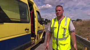 Les patrouilleurs mettent leur vie en danger pour s'assurer de la sécurité des automobilistes sur les autoroutes. France 3 a suivi l'une des équipes qui sillonnent les routes. (France 3)