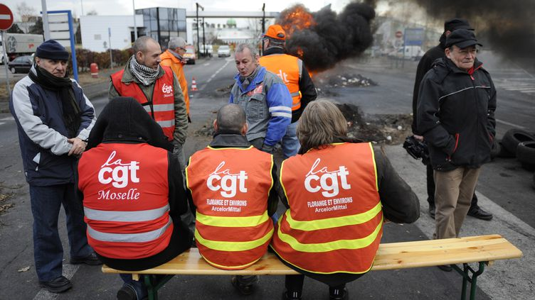 Des salariés de l'acierie ArcelorMittal de Florange (Moselle) bloquent l'entrée du site, le 8 mars 2012. (JEAN-CHRISTOPHE VERHAEGEN / AFP)