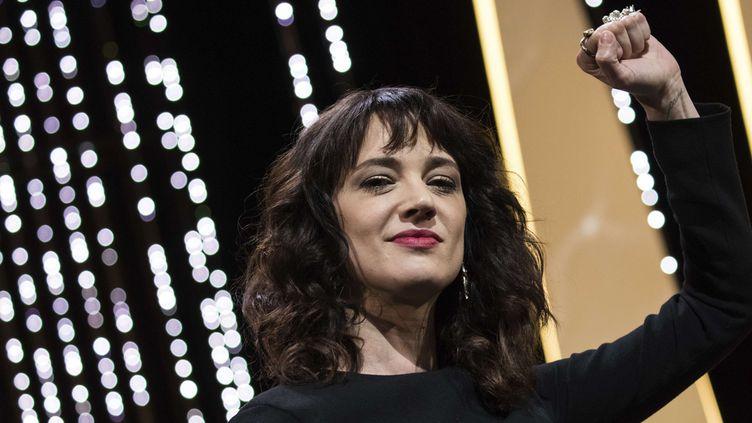 Asia Argento, le point levé lors de la cérémonie clôture du festival de Cannes (19 mai 2018)  (Vianney Le Caer / AP / Sipa)