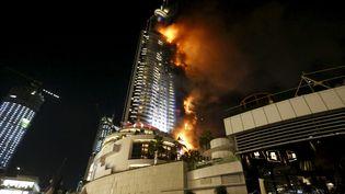 Selon les autorités de Dubaï, l'incendie a débuté au 20e étage de l'hôtel The Address Downtown vers 21h30 (heure locale). (AHMED JADALLAH / REUTERS)