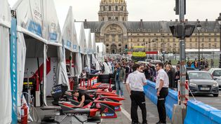 Préparation de la compétition Formule E place des Invalides à Paris, le 21 avril 2016. (MAXPPP)