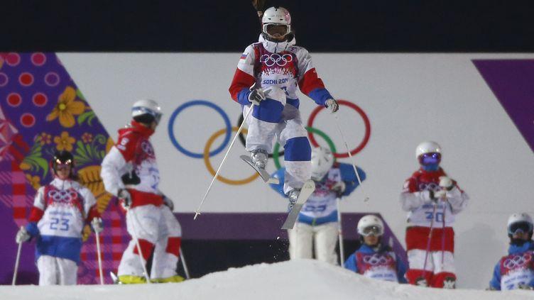 L'athlète Maria Komissarova s'est brisé la colonne vertébrale lors d'un entraînement de ski cross, le 15 février 2014. Elle a été opérée sur place. (MIKE BLAKE / REUTERS)