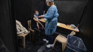 Une personne se fait vacciner contre le Covid-19 à Nice, le 25février 2021. (MAXPPP)