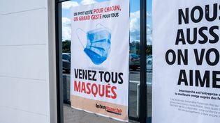 Une affiche de prévention contre le Covid-19 à Dinan (Côtes-d'Armor), le 3 août 2020. (MARTIN BERTRAND / HANS LUCAS / AFP)